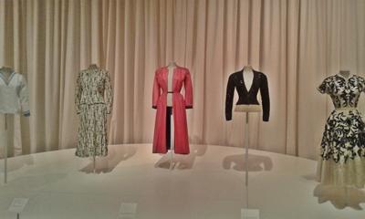 Vestuario de Gala que incluye prendas con estampado diseñado por Salvador Dalí y de grandes firmas como el abrigo de Christian Dior o la chaquetilla de Elsa Schiaparelli