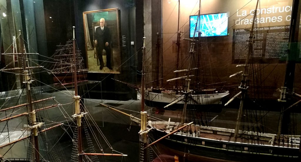 Vitrina con diferentes tipos de veleros. Museu Marítim de Barcelona.